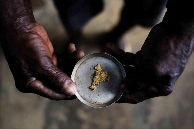 Un mineur montre une pépite d'or dans une mine d'or sauvageprès de Crepurizao dans l'Etat de Para au Brésil, le 3 août 2017.