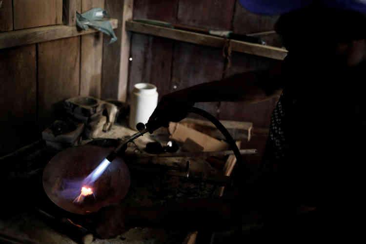 Un homme utilise une torche pour rafiner de l'or dans une mine sauvage près de Crepurizao dans l'Etat de Para au Brésil, le 3 août 2017.