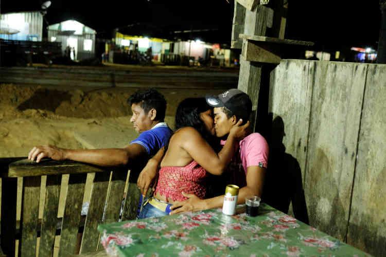 Un mineur embrasse un femme au bar d'un village d'une mine sauvage près de Crepurizao dans l'Etat de Para au Brésil, le 6 août 2017.