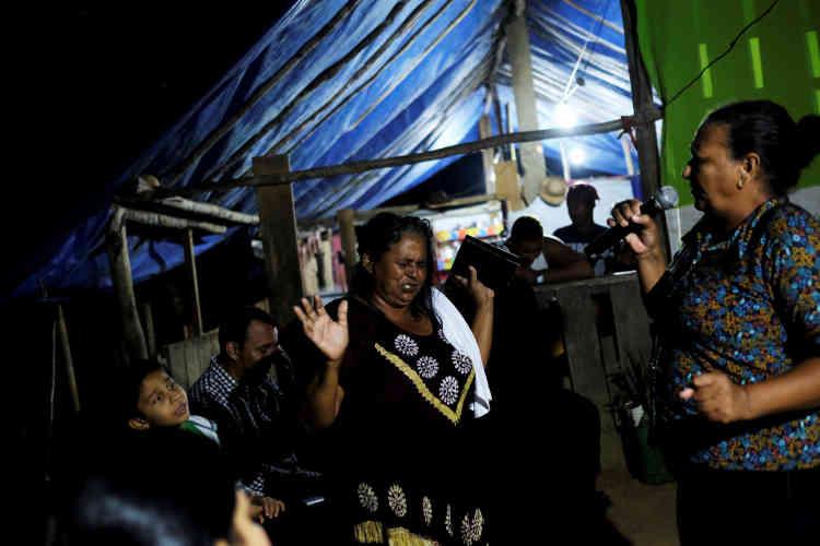 Des gens prient lors d'une messe au village d'une mine sauvage près de Crepurizao dans l'Etat de Para au Brésil, le 4 août 2017.
