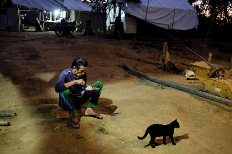 Les mineurs s'organisent en communauté dans des villages fait de bois et de plastique,près de Crepurizao dans l'état de Para au Brésil le 4 aout 2017.