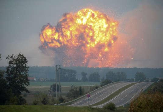 Des flammes et de la fumée s'élèvent du dépôt de munitions de la ville de Kalynivka dans la région de Vinnytsia, en Ukraine, le 27 septembre.
