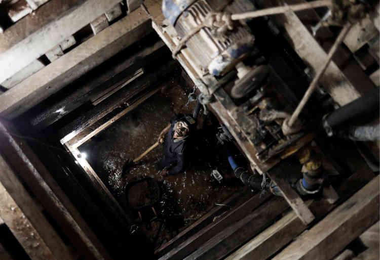 Un mineur travaille dans une mine d'or sauvageprès de Crepurizao dans l'Etat de Para au Brésil, le 3 août 2017.