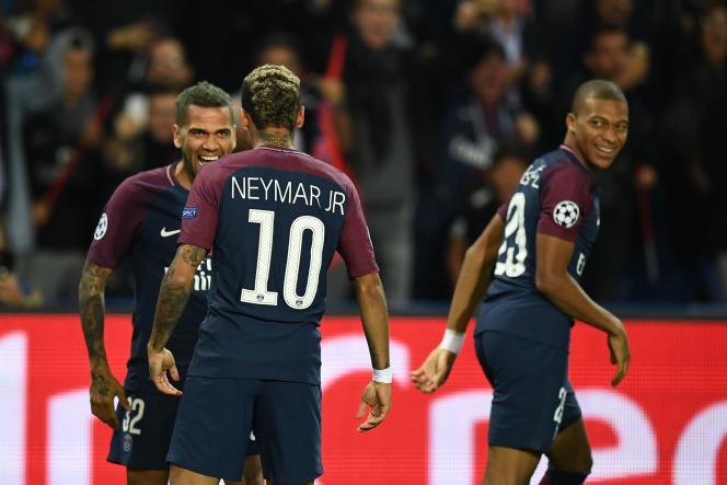 «Non seulement le FPF a toutes les caractéristiques d'une entente juridiquement condamnable, mais, de surcroît, il n'endigue en rien l'inflation des transferts et des salaires» (De gauche à droite, Dani Alves, Neymar et Mbappé, du Paris-Saint-Germain, le 27 septembre 2017 à Paris).