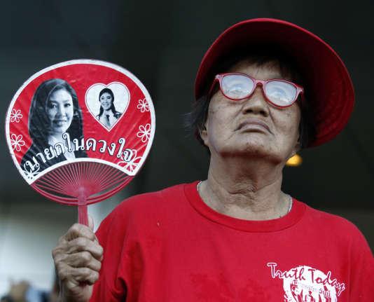 Des Thaïlandais s'étaient rassemblés en soutien à l'ancienne première ministre, mercredi 27 septembre, devant la Cour suprême, à Bangkok.