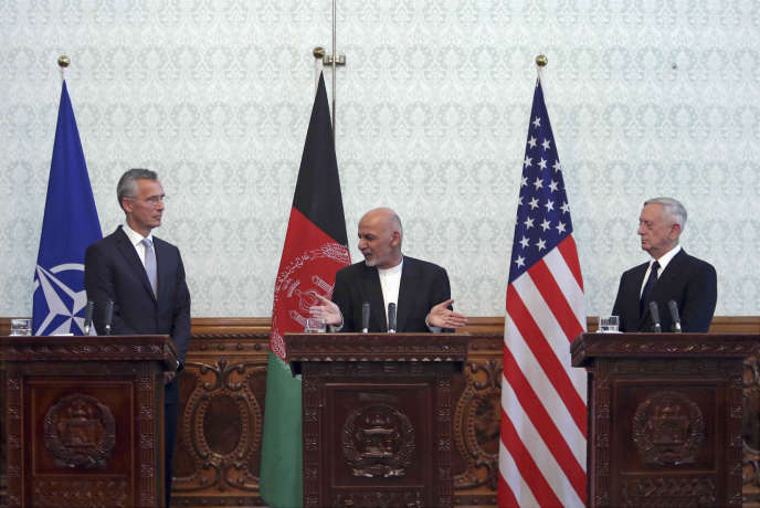 Le président afghan, Ashraf Ghani (au centre), en conférence de presse avec le secrétaire américain à la défense, Jim Mattis (à droite) et le secrétaire général de l'OTAN,Jens Stoltenberg (à gauche), mercredi 27 septembre à Kaboul.