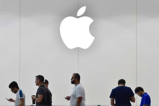 Devant un magasin Apple à Dubaï (Emirats arabes unis), le 23 septembre.