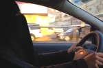 Une femme conduit en Arabie saoudite (2013).