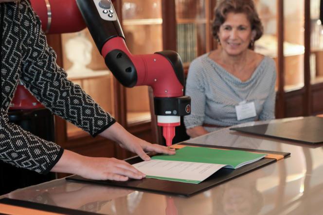 Un robot signe le certificat de naissance de la «première chaire Arts et Sciences en Europe»,mercredi 27septembre, dans la salle des actes de l'Institut Pasteur, à Paris.