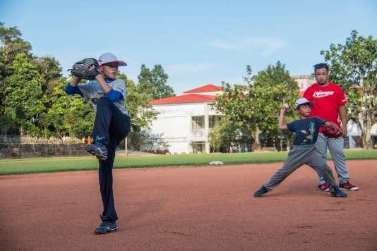 Chang Yen-Tse, 9 ans, s'exerce sous les yeux de son entraîneur à l'école primaire de Guangfu.