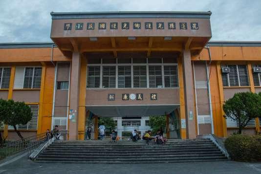 Après l'entraînement, quelques élèves attendent leurs parents devant l'école de Guangfu.