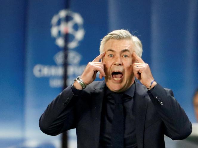 Carlo Ancelotti, sur la pelouse du Parc des Princes, à Paris, mercredi 27 septembre.