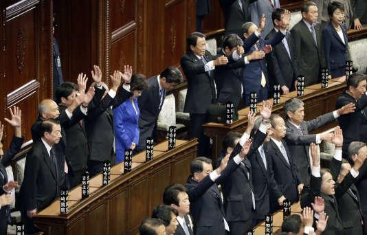 Les députés crient «banzai» au premier ministre qui vient de dissoudre la chambre basse du Parlement.
