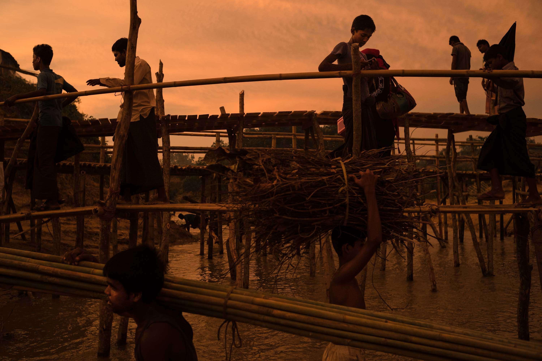 Camp de Madhuchra. Des ponts de fortune sont construits afin de parer la montée des eaux due aux pluies. Ils permettent aussi aux Rohingya de transporter leur matériel et approvisionnement dans les différentes parties du camp.
