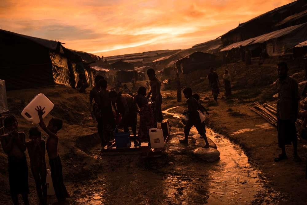 Camp de Madhuchra. Les réfugiés rohingya se lavent avec de l'eau puisée par des pompes.