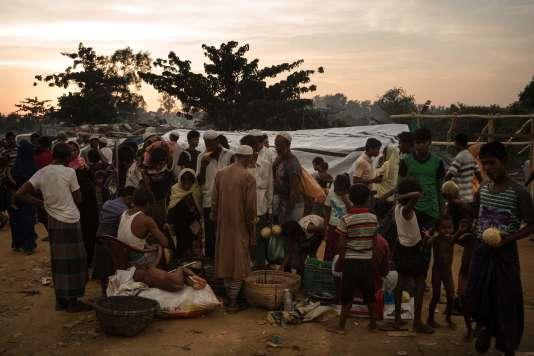 Bangladesh, région de Cox's Bazar, àla frontière birmane, le 23 septembre. Dans le camp de de Kutupalong, une famille rohingya vend des fruits aux exilés. Ils sont plus d'un demi-million à avoir fui la répression de l'armée birmane.