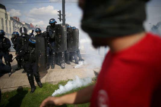 Des policiers pendant une manifestation contre la réforme du code du travail, à Nantes, le 21 septembre.