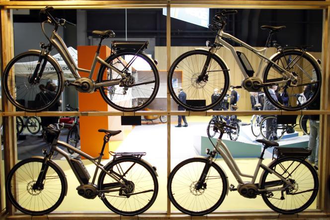 Expositon de vélos électriques lors du Salon du Cycle à Paris en septembre 2013