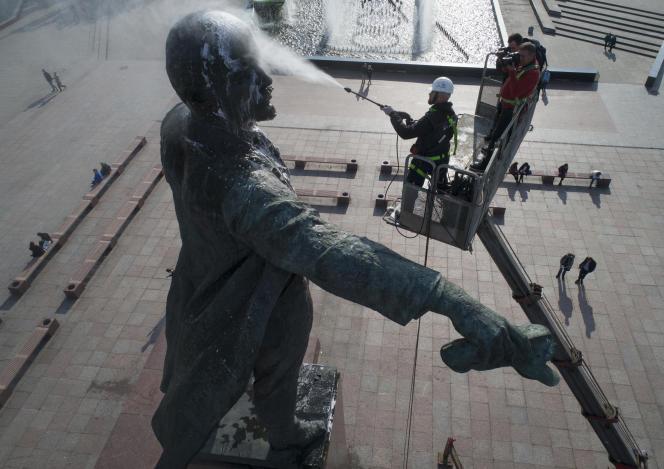 Un ouvrier nettoie une statue du fondateur de l'Union soviétique, Lénine, à Saint-Pétersbourg, en Russie, le 28 septembre 2017.