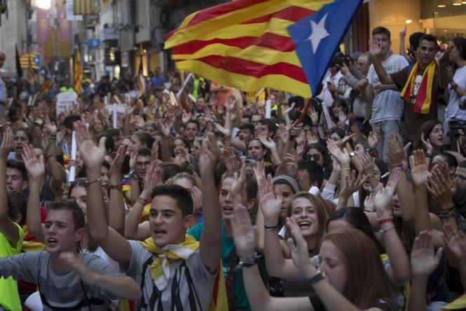Le 21 septembre, des partisans du référendum d'autodétermination du 1er octobre, interdit par gouvernement espagnol, manifestent devant la mairie de Lérida, dont le maire socialiste refuse d'organiser les opérations de vote.