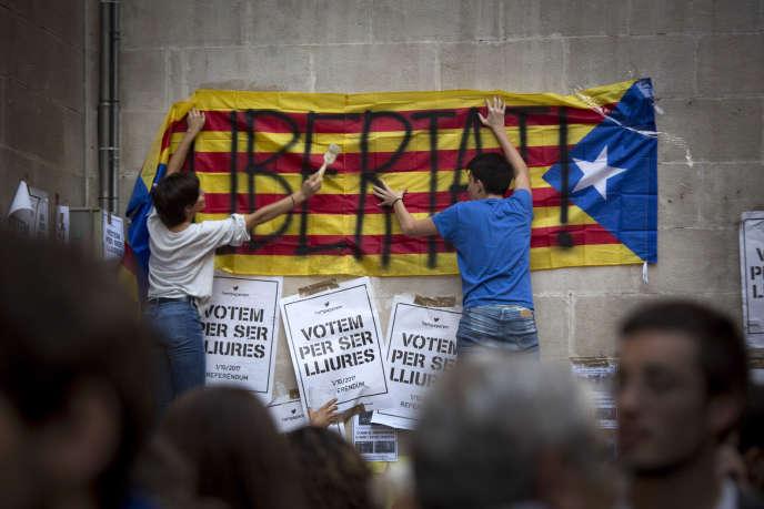 A Lleida, ville d e Catalogne, les independantistes collent collectivement des affiches pourtant interdites en faveur du referendum. Ici sur les murs de la mairie dont le maire PSOE Angel ROS refuse d'organiser le refrendum du I octobre.