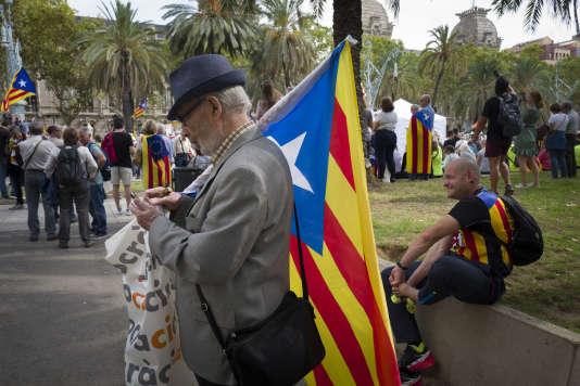 Manifestation, le 21 septembre, à Barcelone, devant le Tribunal suprême de Catalogne, pour soutenir les fonctionnaires du gouvernement catalan toujours détenus après les perquisitions de la veille dans les ministères.