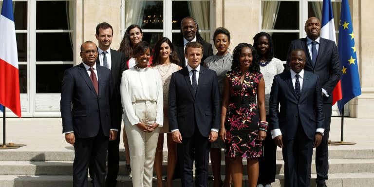 Les onze membres du Conseil présidentiel pour l'Afrique réunis autour du président français Emmanuel Macron, à l'Elysée, le 29 août 2017.
