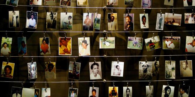 Des photos de victimes du génocide exposées au Mémorial de Gisozi, à Kigali, au Rwanda.