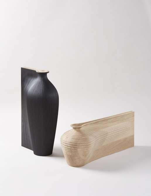 Les vases en bois «Ves-Sel», de Zaha Hadid et Gareth Neal (2015), tels des traits dans l'espace ou des objets arrêtés en pleine vitesse, sont visibles à la galerie londonienne Sarah Myerscough, qui fête ses 20 ans.
