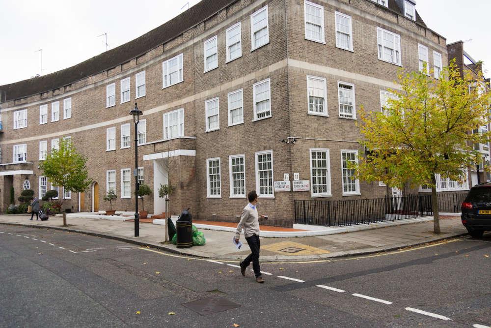 Le 10 Hyde Park Crescent, ainsi que la propriété mitoyenne appartiendraient à Abdulsalami Abubakar, l'ancien chef d'Etat nigérian.
