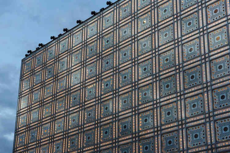 Des LED ont été installées dans chaque moucharabieh, permettant d'inonder la façade de lumière ou d'y projeter des figures en jouant sur la géométrie du dispositif.