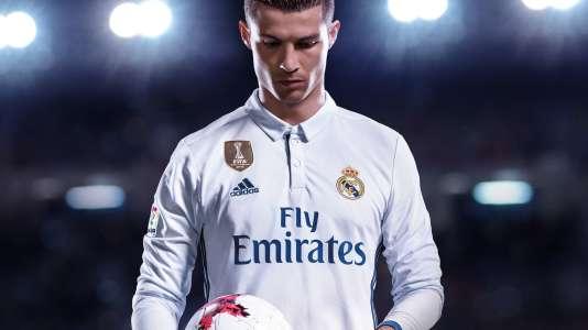 Cristiano Ronaldo essaie de refaire ses lacets juste par la force de l'esprit.