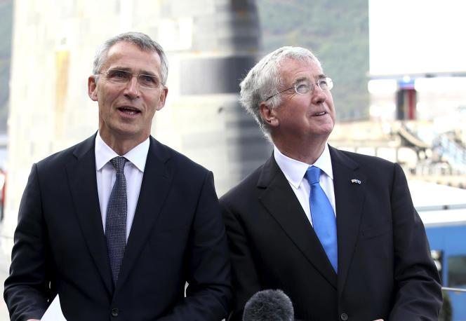 Le secrétaire à la défense britannique, Michael Fallon, et le secrétaire général de l'OTAN,Jens Stoltenberg, sur la base de Clyde (Ecosse), le 29 septembre.