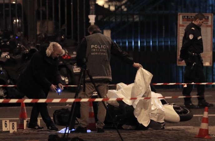 La police relève des preuves après le braquage d'une bijouterie Cartier, à Paris, le 25 novembre 2014. KENZO TRIBOUILLARD/AFP