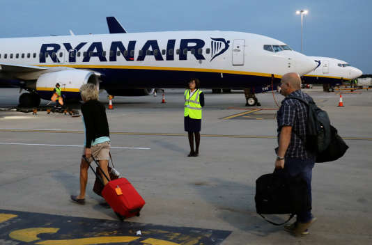 Des passagers s'apprêtent à monter à bord d'un avion Ryanair, à l'aéroport de Stansted, à Londres, en Grande-Bretagne, le 7 septembre 2017.