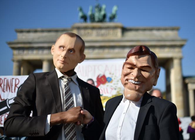 Des militantsdéguisés à l'effigie de Vladimir Poutine et Gerhard Schröder ont manifesté, vendredi, devant la porte de Brandenburg à Berlin, pour protester contre la nomination de l'ancien chancelier à la tête du conseil d'administration de la principale entreprise pétrolière russe.