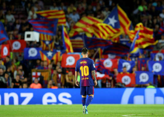 Lionel Messi face à des drapeaux indépendantistes catalans, lors d'une rencontre avec Eibar, au Camp Nou.