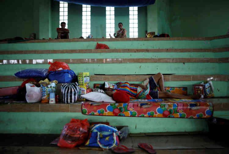 Une femme dort dans un centre d'évacuation temporaire, dans une arène sportive à Klungkung.L'aéroport international de Denpasar, la capitale de Bali, qui accueille chaque année des millions de touristes à la recherche de plages paradisiaques, n'est pas affecté pour le moment.