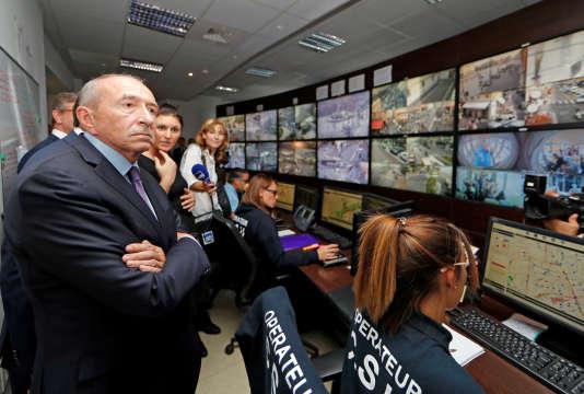 Le ministre de l'intérieur, Gérard Collomb, dans une salle de vidéosurveillance de la police municipale de Nice, le 29 septembre.