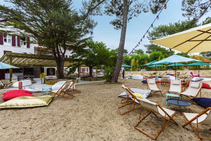 Ambiance chaises longues pour les apéritifs d'après plage au Jo & Joe d'Hossegor.