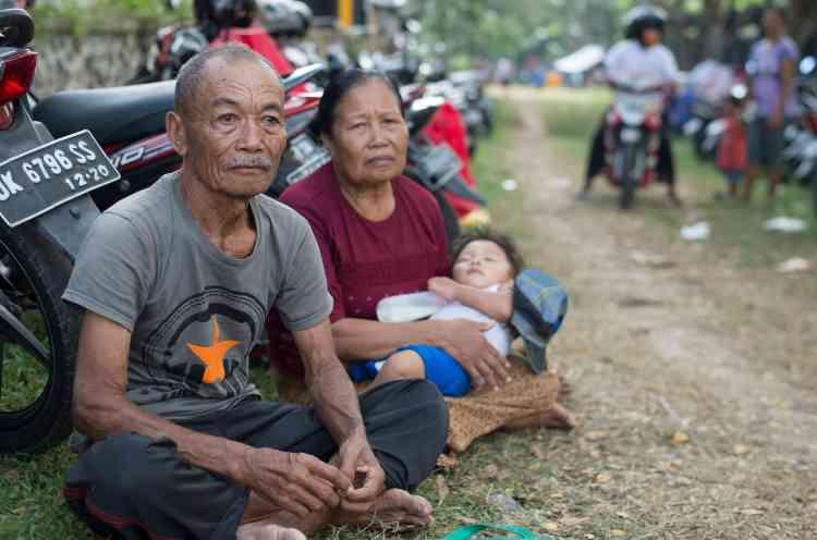 Gusti Nyoman Dauh est installé avec sa famille dans un refuge à Tanah Ampo. Son village, situé au pied du volcan Agung, est menacé. Il a perdu sa maison et de nombreux proches lors de la dernière éruption.