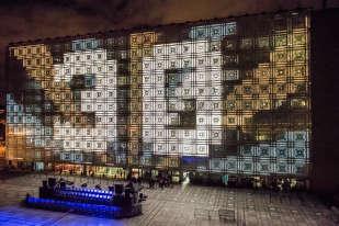 Lesilluminations de la façade sud de l'IMA, la veille du spectacle prévu pour les 30 ans. Les moucharabiehs ont été réparés et les cellules de la façade équipées de LED qui permettront d'éclairer le bâtiment.