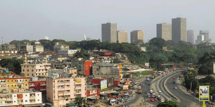 Abidjan et son quartier des affaires du Plateau (au fond), en février 2017.
