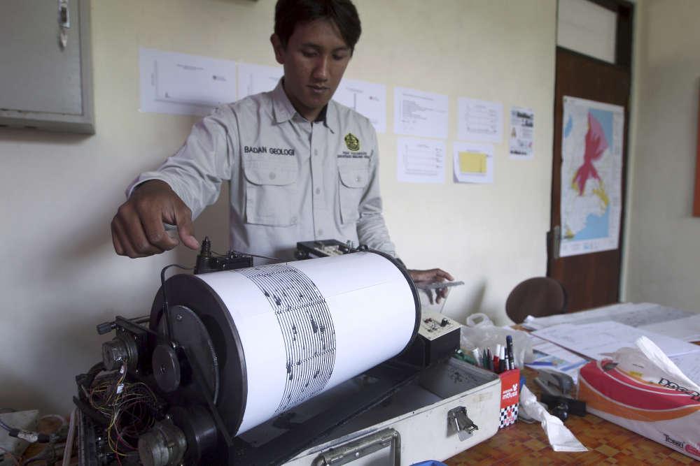 Un agent du gouvernement surveille les ondes sismiques à la station de surveillance du mont Agung.«Pour le moment, la probabilité d'une éruption est plus élevée que l'inverse», a déclaré le directeur de l'observatoire.
