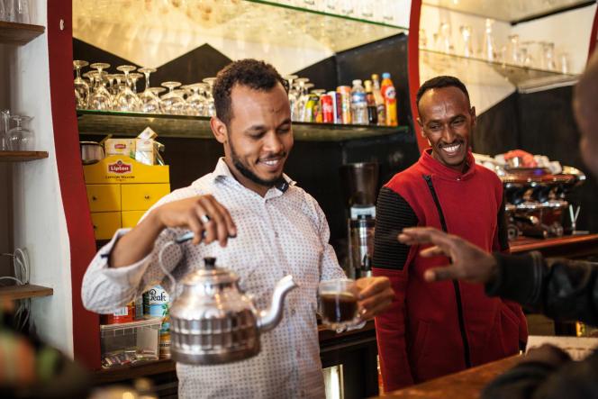 Saïd, l'un des quatre patrons érythréens du restaurant Le Saint-Jean. Arrivé en 2015, il a obtenu son statut deréfugié. Il prépare le café comme là-bas, avec cardamome, cannelle et gingembre.