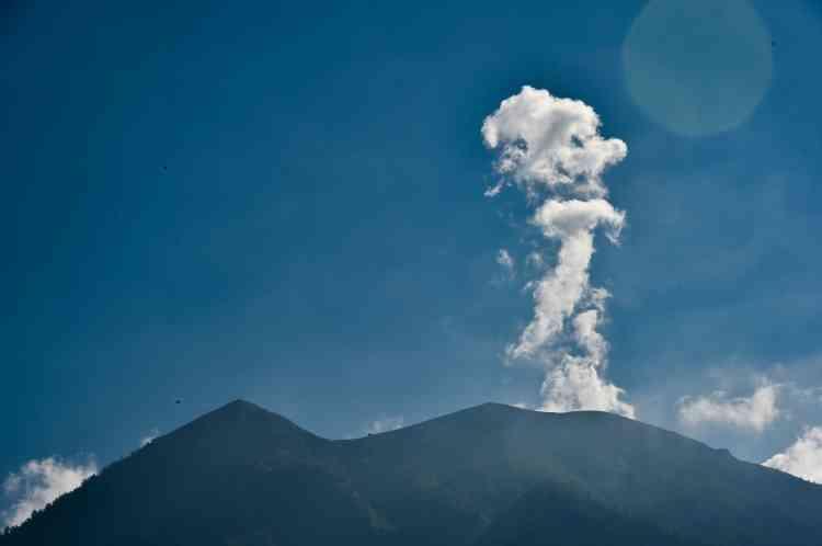 De la fumée s'echappe du volcan.«Ce matin (le 29 septembre), la vapeur sortait du cratère comme de la fumée d'une cheminée d'usine», a déclaré Gede Suadikan, un volcanologue, rendant la possibilité d'une éruption «plus réelle», a-t-il ajouté.