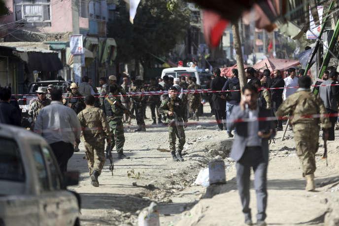 Sur le site d'un attentat-suicide visant une mosquée chiite de Kaboul, vendredi29 septembre.