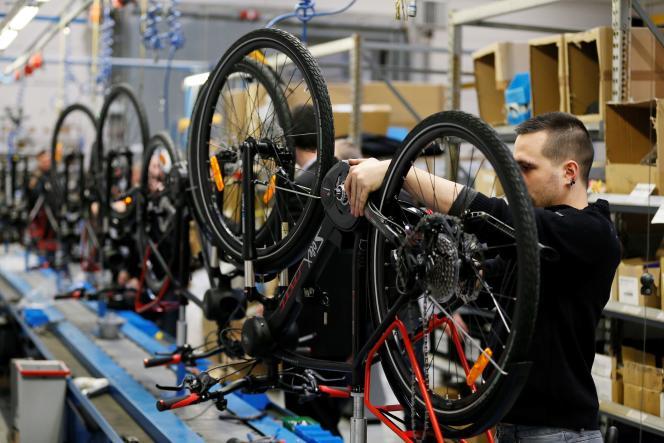 Un technicien contrôle un vélo électrique chez EasyBike, où les Solex sont produits, à Saint-Lô (Manche), le 12 janvier 2017.