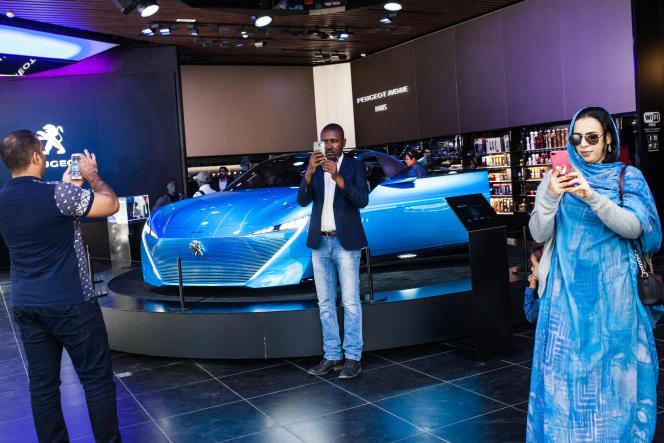 Lors d'une balade sur les Champs-Elysées, Abdo Rsol, des Soudan Célestins Music, se prend en photodevant le prototype Instinct dans le showroom Peugeot le 24 septembre 2017.