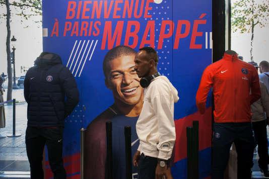 Sur les Champs-Elysées, les SOudan Célestins Music dans la boutique du club de football de la capitale, le Paris Saint-Germain.